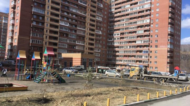 Полиция оцепила двор в Первомайском районе из-за бесхозной вещи