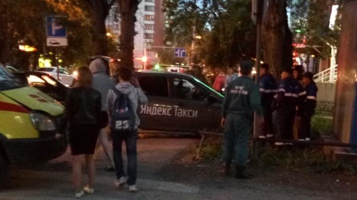 Одна машина врезалась в дерево, вторая вылетела на тротуар: в ДТП на Горького пострадали трое