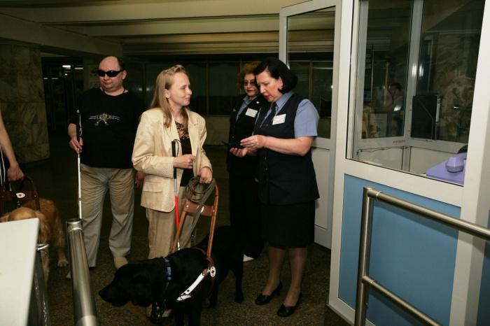 Ирина Бурмистрова и её собака-проводник Уайт в новосибирском метро