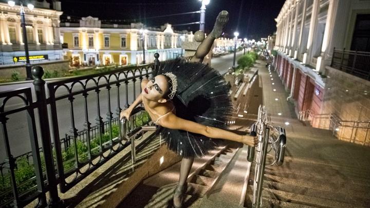 Балерина Нина Маляренко снялась в образе Чёрного лебедя на Любинском проспекте