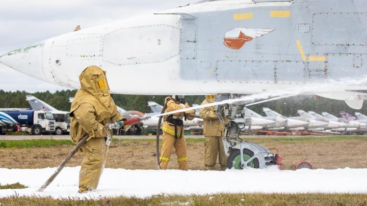 Во время учений на авиабазе в Челябинске потушили загоревшийся бомбардировщик