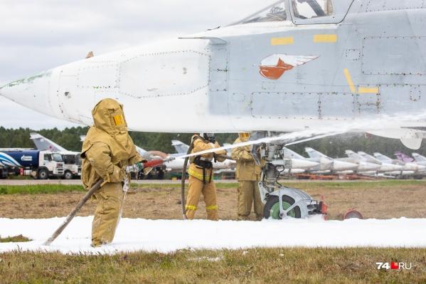 По сценарию сначала загорается двигатель, а потом огонь перекидывается на другие части воздушного судна