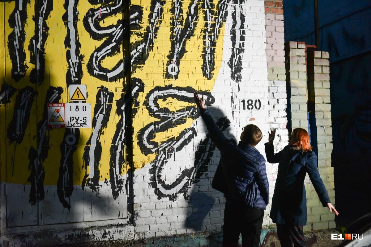 «Мы станем лучше!». Песни и граффити Екатеринбурга — в экскурсии фронтмена «Сансары» Саши Гагарина