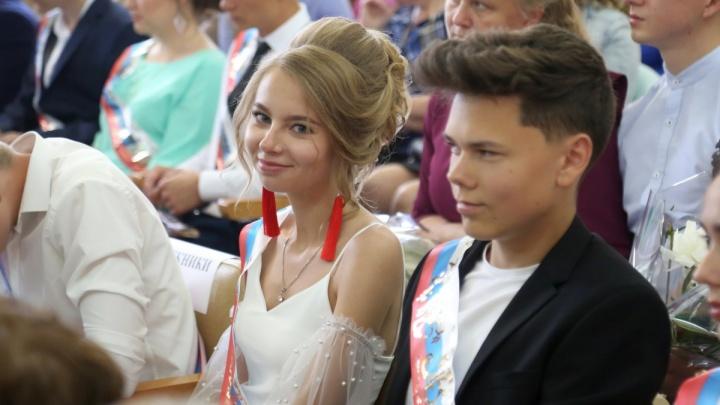 Школа в Екатеринбурге или в глубинке: угадываем по 10 фотографиям с выпускных