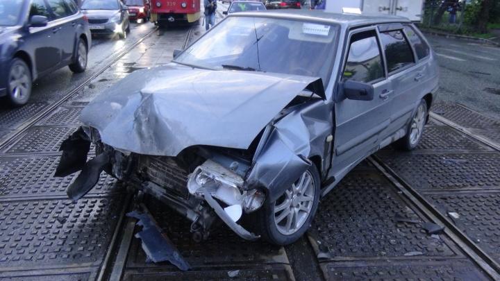 """Затормозил на мокрой дороге: на 8 Марта """"четырнадцатая"""" протаранила Renault"""