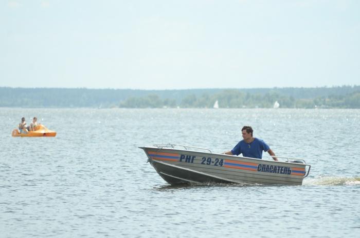 Рыбаки поплыли за тонувшими на лодке