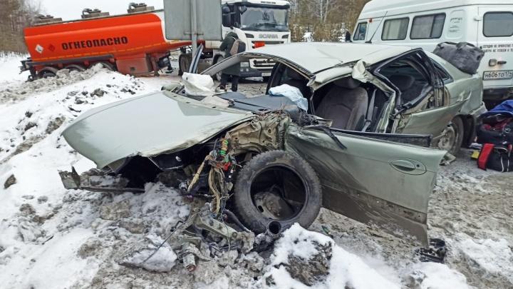 На трассе М-5 в Челябинской области столкнулись два бензовоза, фура и две легковушки