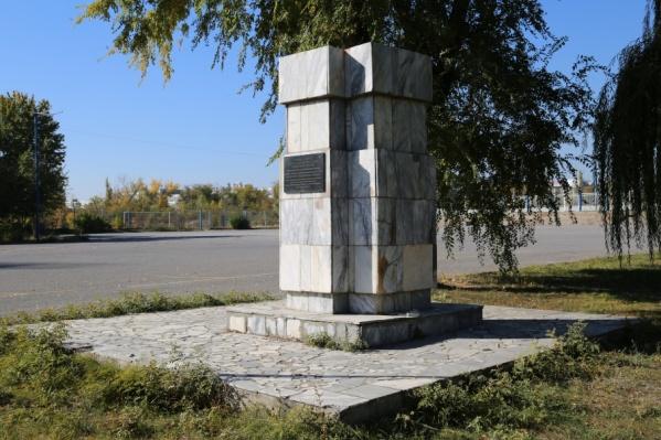Памятник стоял на центральной аллее между проспектом Ленина и стадионом