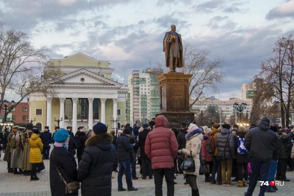 Открытие памятника осенью позапрошлого года несколько раз переносилось, но всё равно собрало людей