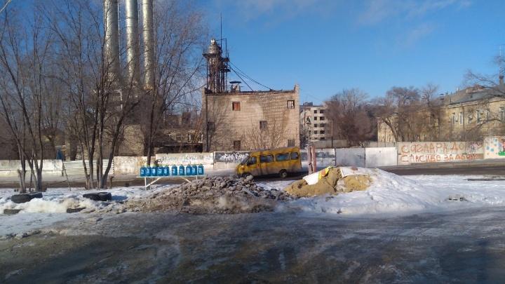«Будто специально ковыряют по ночам»: на севере Волгограда убитая дорога отрезает путь к роддому