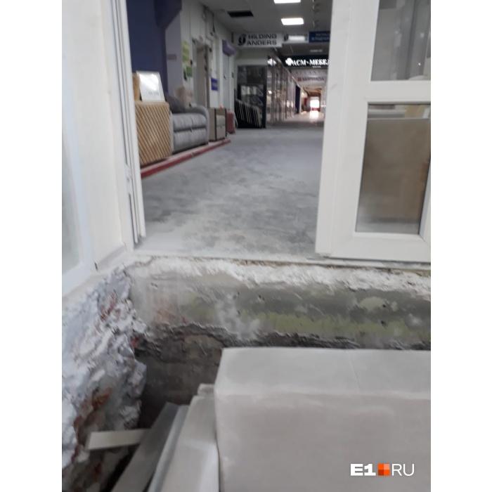 Погром ровным слоем: в торговом центре ЭМА ночью распылили огнетушители на новую мебель