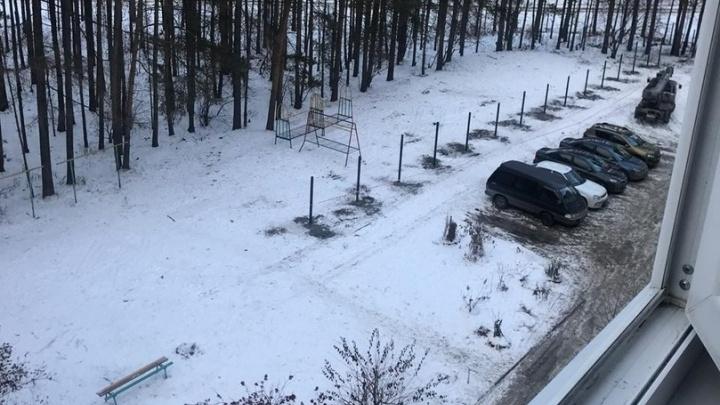 «Бурят дыры прямо в песочнице»: на Амундсена рабочие начали устанавливать забор на детской площадке