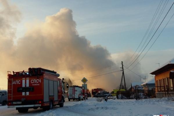 Первыми на помощь пришли очевидцы, которые сами попытались эвакуировать семью из горящего дома