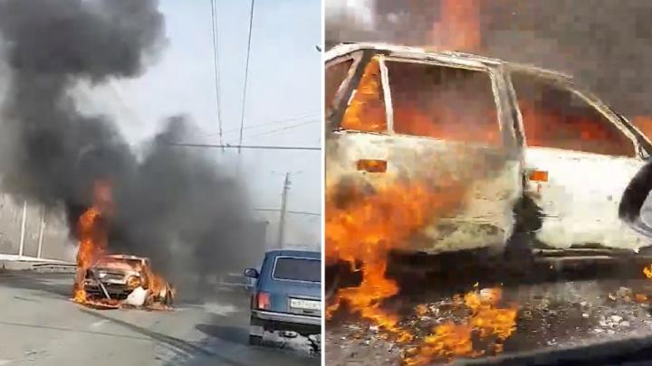 Вспыхнувшая машина остановила движение на оживлённой дороге в Челябинске