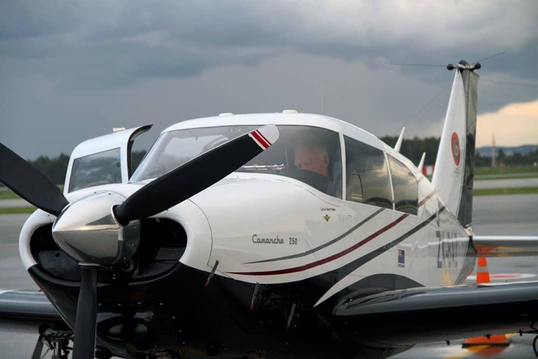 Самолетом управляет Берри. Пара уже пролетела полмира и намерена покорить оставшуюся половину