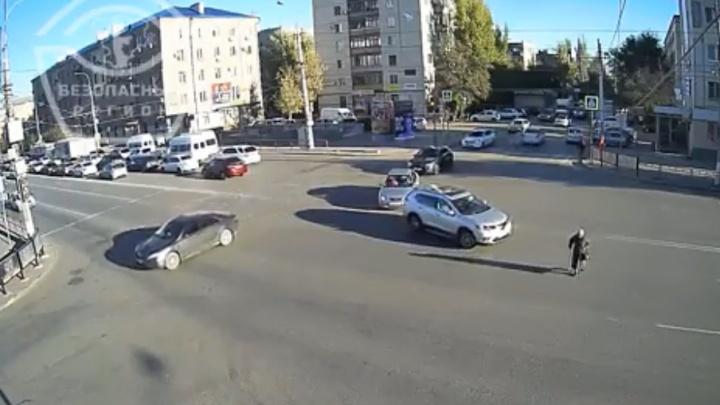 Бросаются под колеса: волгоградцы бегут по дороге по переходу-«фантому»