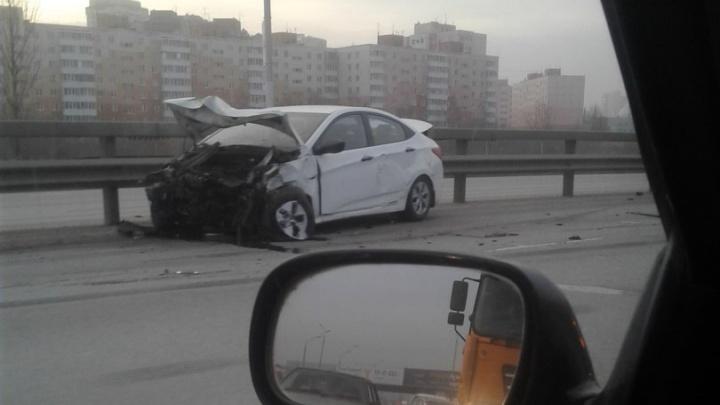 На оживлённой магистрали в Уфе Hyundai Solaris столкнулся с цементовозом