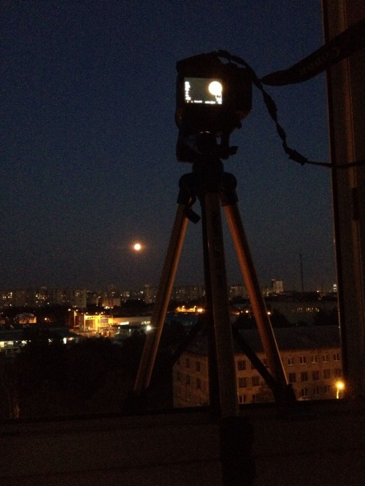 Кто-то смотрит на затмение через телескоп, а кто-то — через камеру