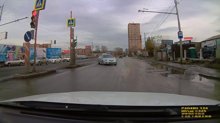 Непристегнутый водитель снял четыре нарушения ПДД на светофоре по Калинина за 20 секунд