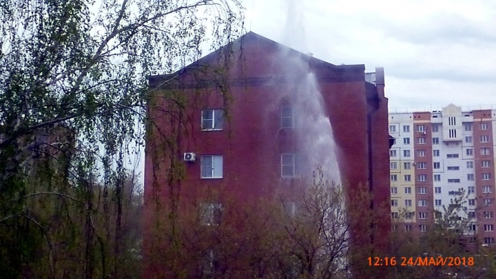 В Омске из-под земли бьёт фонтан высотой больше пятиэтажного дома