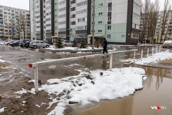 Спор соседей во дворе Дзержинского района набирает все новые обороты