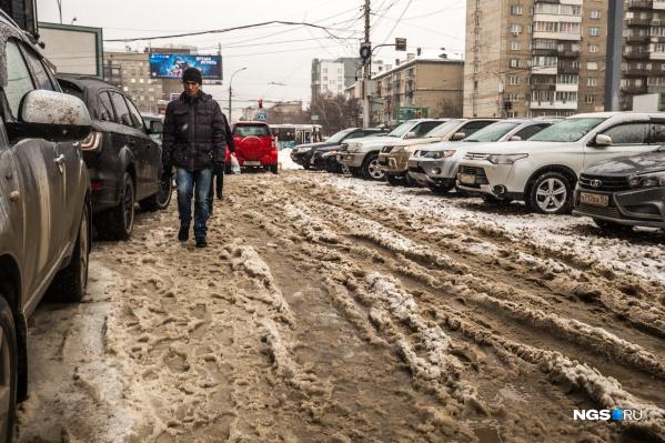 Сегодня передвигаться по городу было трудно и пешеходам, и автомобилистам