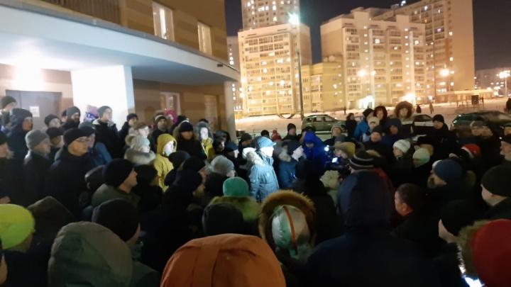 «Не хотим кормить криминал»: на Эльмаше 80 человек вышли на митинг против платной парковки