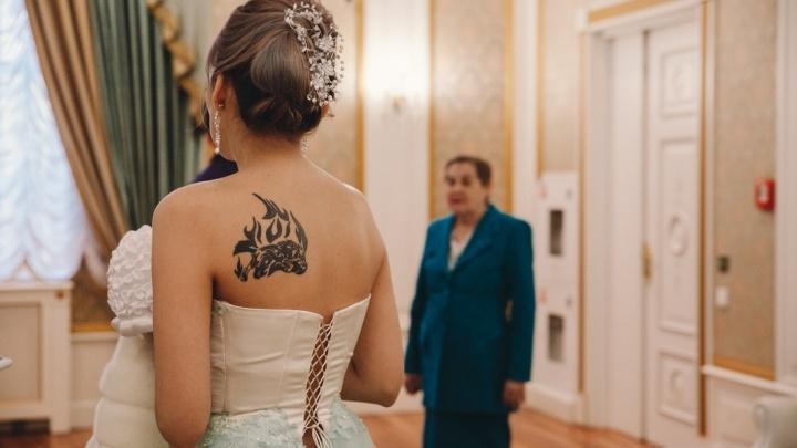 Ты будешь моим... Валентином? Репортаж из тюменского ЗАГСа, где 14 февраля поженились полсотни пар
