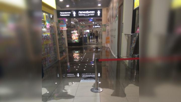 «С потолка льётся кипяток»: торговый центр «Мегаполис» эвакуировали из-за потопа