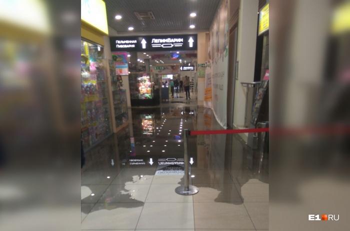 Торговый центр затопило горячей водой