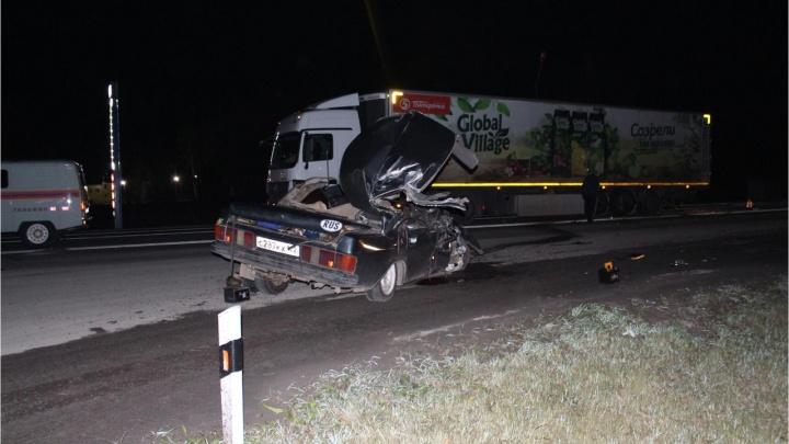 На трассе под Омском пьяный водитель «Волги» влетел в грузовик — погибли двое мужчин