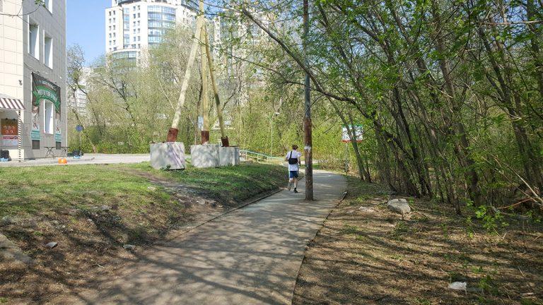 Южный вход в парк необходимо расширить и восстановить там освещение