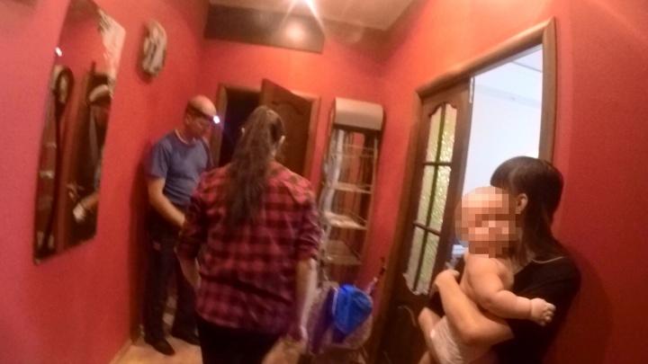 Не могла выйти из ванной: спасатели вскрыли дверь в квартиру, чтобы освободить маму с младенцем