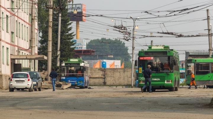 СК завёл дело на водителя троллейбуса, который уронил бетонное крыльцо на двух женщин