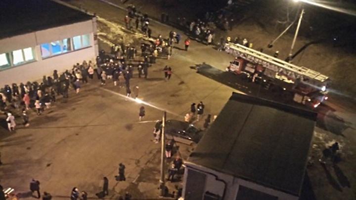 Студентов СФУ эвакуировали ночью из-за пожара в общежитии на Свободном