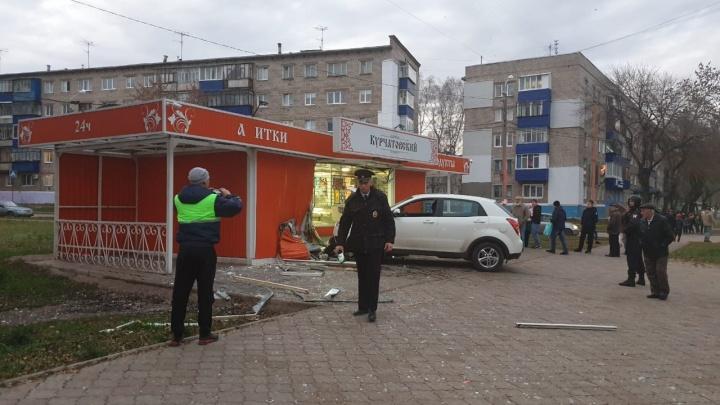 В Башкирии белый кроссовер протаранил продуктовый ларек