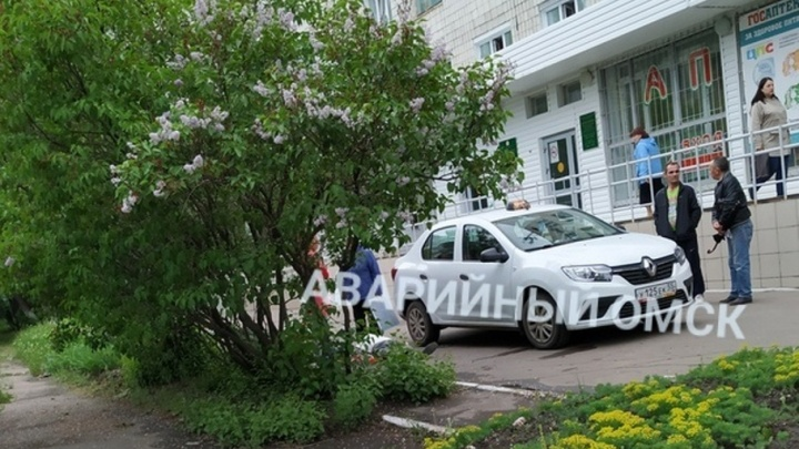 Омский таксист привёз в поликлинику мёртвого человека