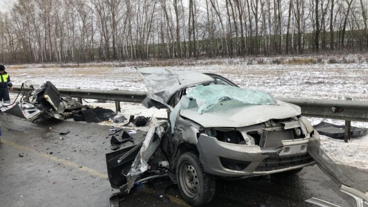 Фрагменты салона раскидало по дороге: «Гранту» разорвало пополам после ДТП с грузовиком