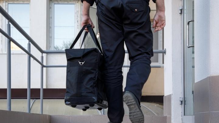 Волгоградские инкассаторы: «Деньги весят очень много, и ходить в бронежилете приходится в жару»