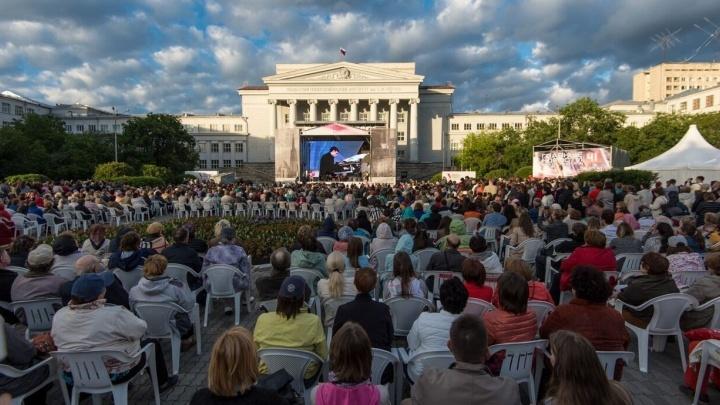 Смотрите, как это было: на площадке возле УрФУ открылся Венский фестиваль