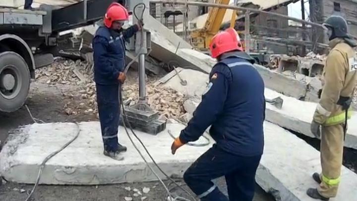 На комбинате в Челябинской области плитой придавило рабочего