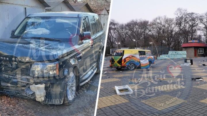 В Батайске «Рейндж-Ровер» въехал в центральный парк, снес железную ограду и кофейню