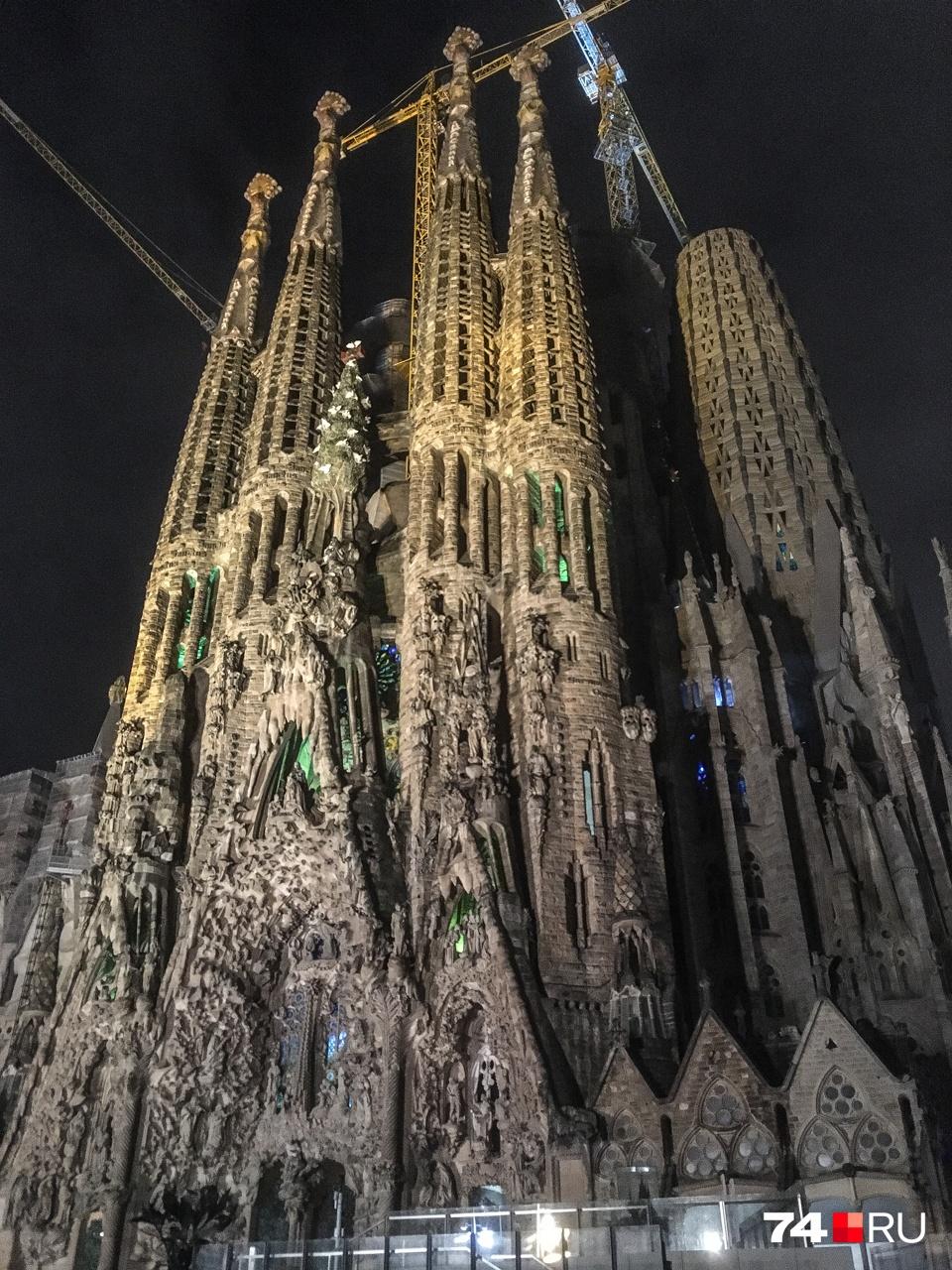 Наша первая цель: храм Sagrada Familia начали строить в 1882 году, а закончат, предположительно, в 2026 году, через сто лет после смерти Антонио Гауди