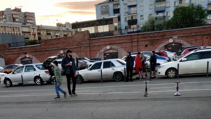 «Не знаю, как высыпаться»: жительница дома на Дубровинского сняла сборище кальянщиков под окнами