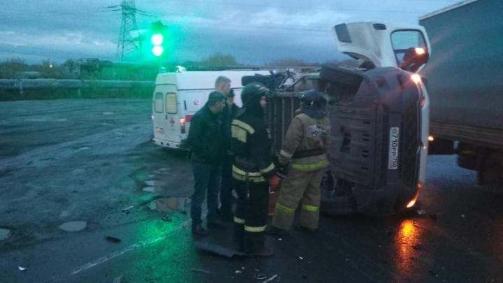 Врезалась в бок: в Челябинске полная маршрутка столкнулась с фургоном