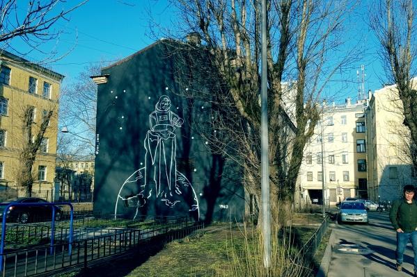 Огромный портрет Валентины Терешковой украшает двор