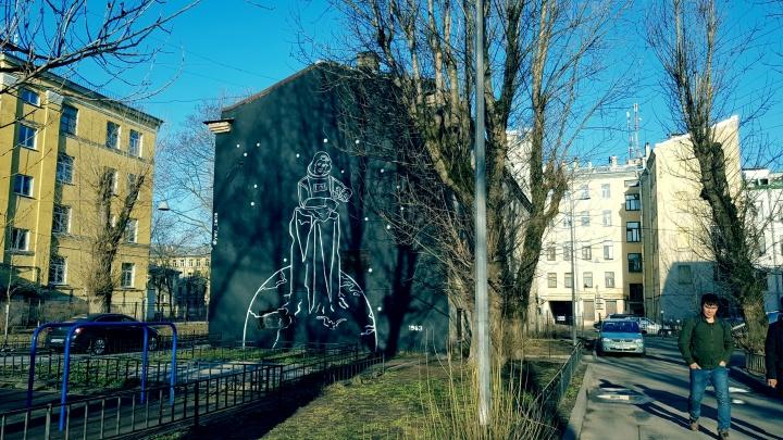 «Какой тебе, дура, космос»: в Петербурге прогнали художницу, пытавшуюся нарисовать Терешкову на доме