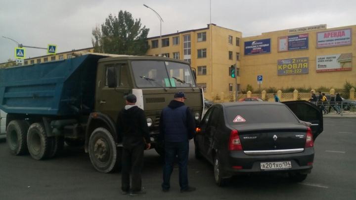 Вечером был бы коллапс: в Волгограде КАМАЗ протаранил иномарку