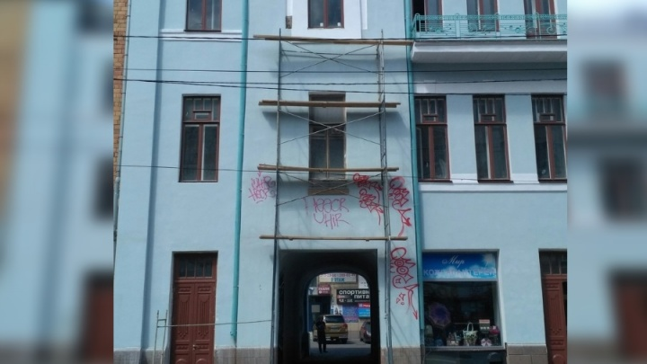 Вандалы разрисовали только что отремонтированное здание на проспекте Мира