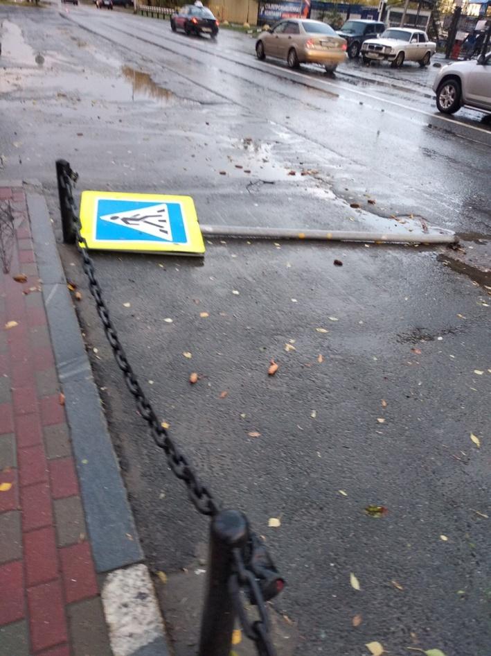 Стихия повалила несколько дорожных знаков. Их придется ставить на место коммунальщикам